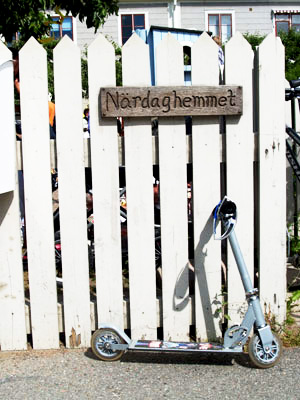 Cykel lutad mot Närdaghemmets staket